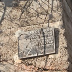 7 Мемориальная доска у входа в одну из штолен