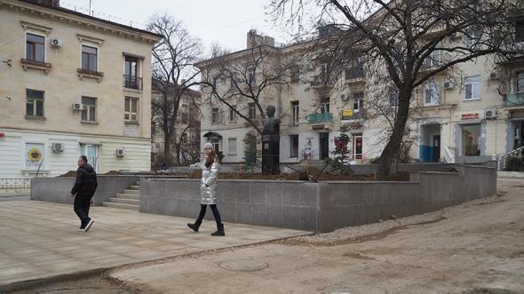 Парапеты и отсутствующие вазоны у бюста Н. Г. Кузнецова