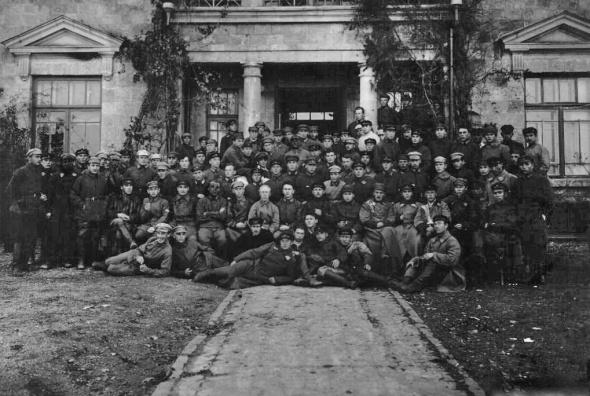 Кача. Групповой портрет на фоне фасада дома со львами. 1926 г.jpg